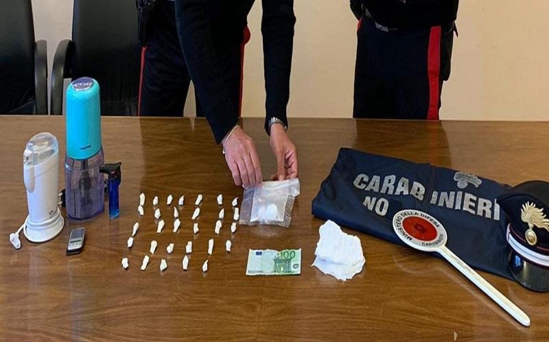"""""""Laboratorio della droga"""" in casa, cocaina pronta alla vendita: sequestro e arresto – VIDEO"""