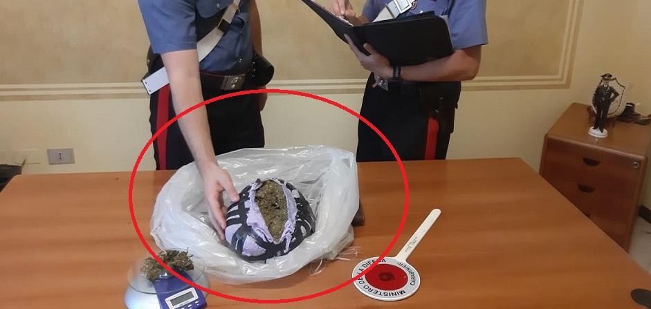 Giovane senzatetto in giro con una scatola di scarpe: carabinieri ci trovano dentro 13mila euro di droga