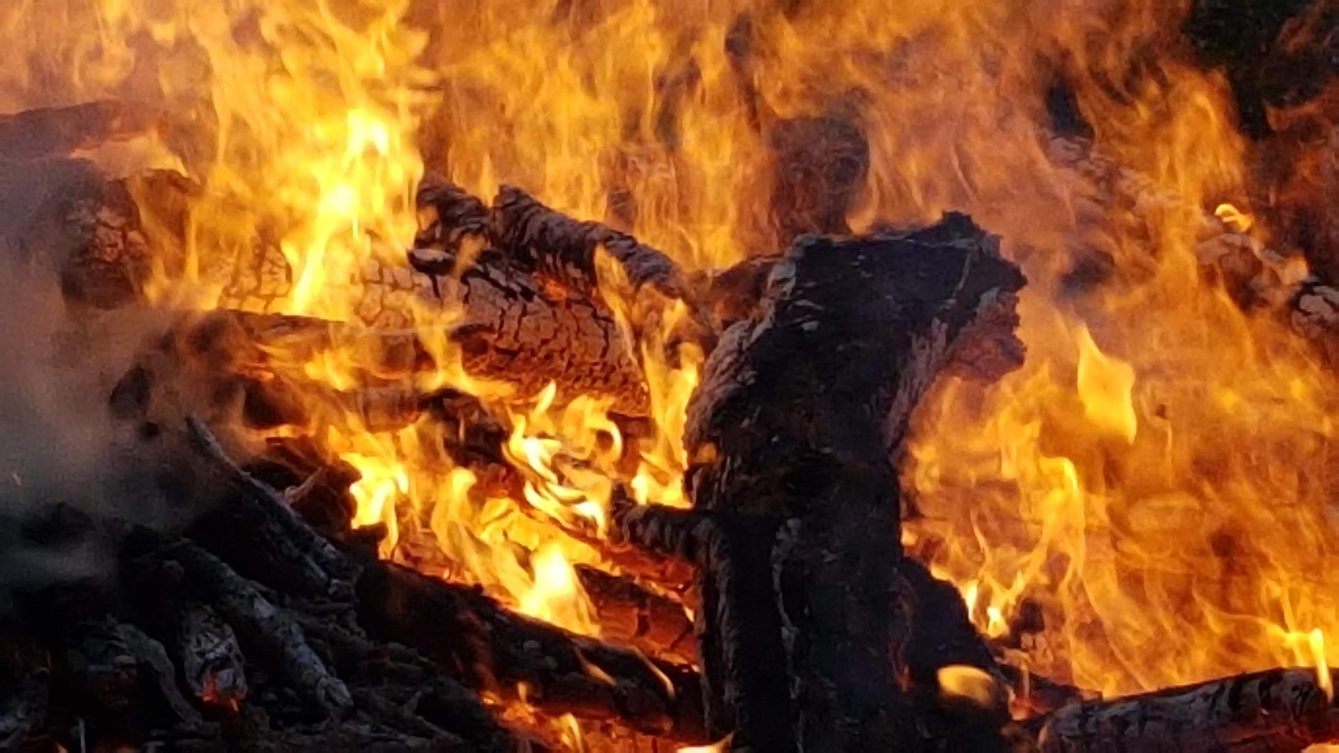 Piromane appicca incendio vicino alla pista ciclabile: guai per un 65enne