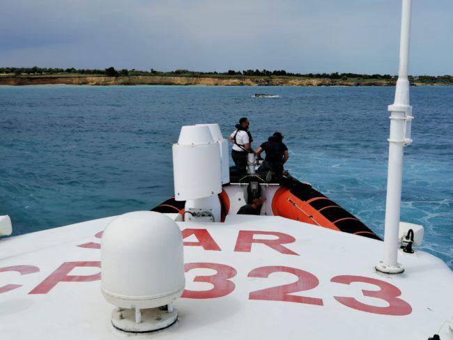 Barca a remi affonda, tre catanesi rischiano di affogare: salvati dalla Guardia Costiera