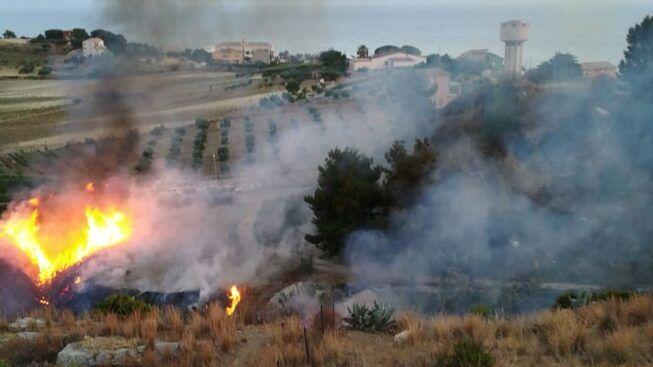 Paura in campagna per incendio boschivo: fuoco e fiamme vicino alle abitazioni, macchia mediterranea ridotta in cenere