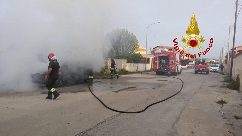 Auto parcheggiata va in fiamme. Coltre di fumo vicino alle abitazioni: vigili del fuoco sul posto