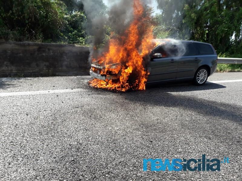 Incendio lungo l'A18 Catania-Messina: auto in fiamme prima dello svincolo di Giarre