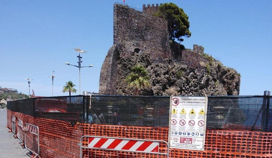"""Aci Castello, via al consolidamento della piazza principale. Sindaco Scandurra: """"Non poteva rimanere così"""""""