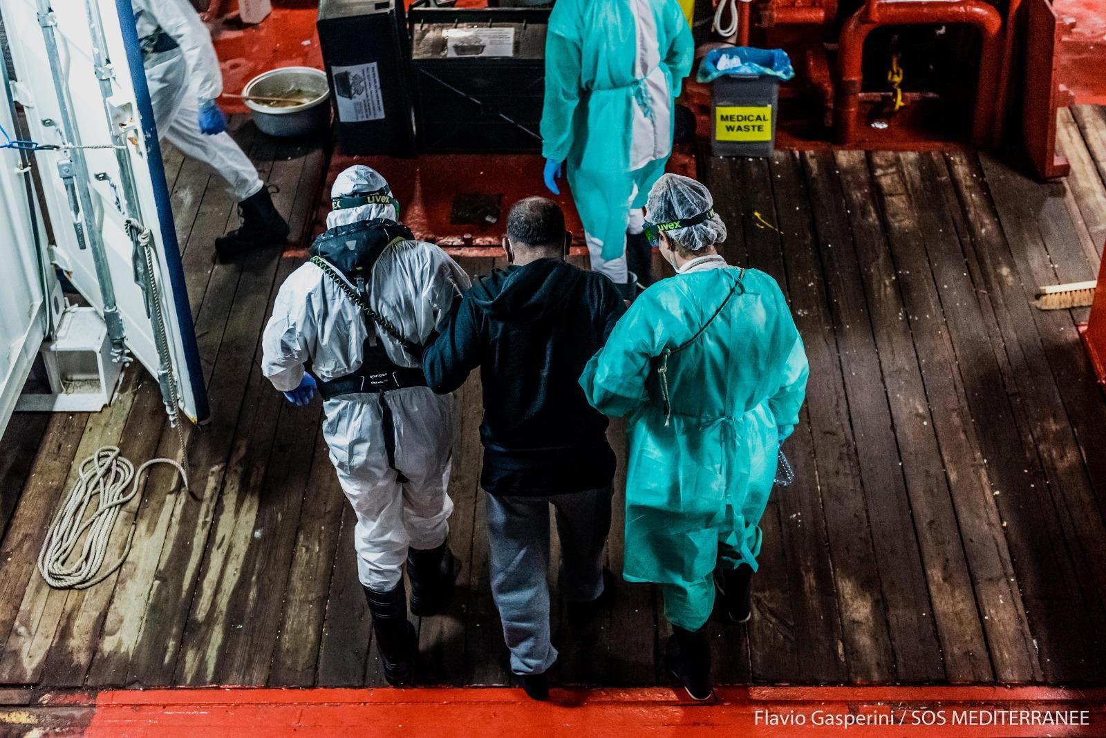 "Ocean Viking, uomo evacuato nella notte. Sos Mediterranee: ""Ragioni mediche"""