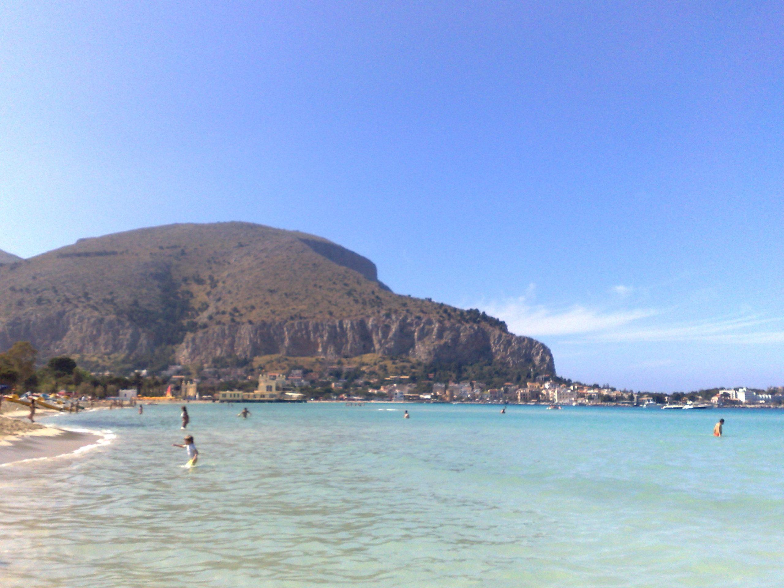 Mondello, ingresso in spiaggia e lettino fino a 25 euro: bagnanti indignati per prezzi esorbitanti