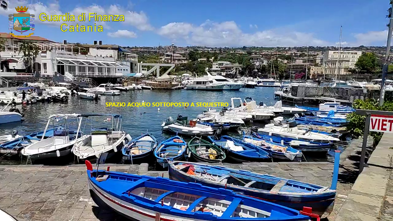 """Blitz della Finanza nel """"Pontile la bambina"""", sequestrata area per noleggio abusiva nel Porto di Ognina"""