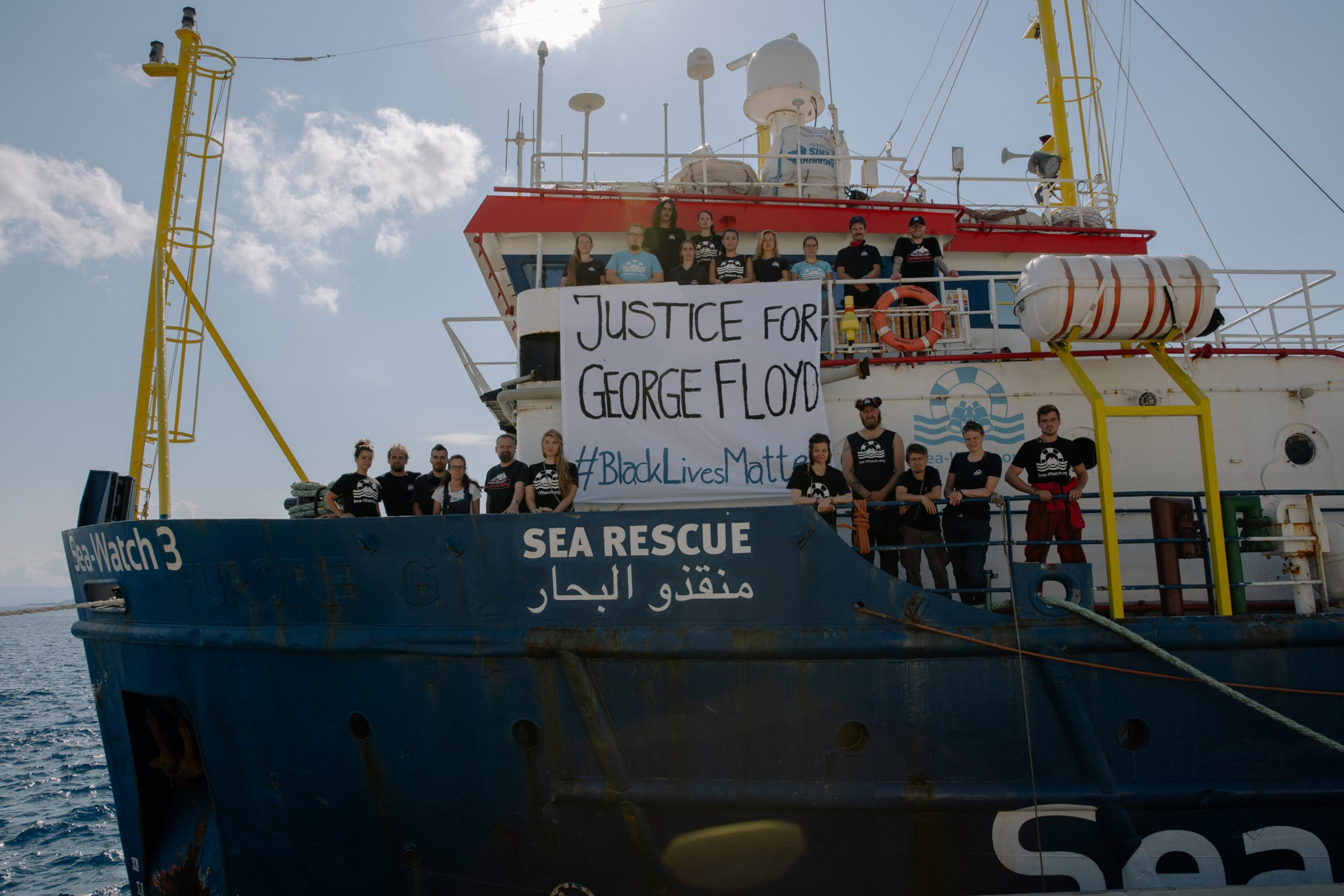 """La Sea Watch saluta la Sicilia e torna in mare, l'annuncio dell'Ong su Twitter: """"Il nostro equipaggio è a bordo"""""""