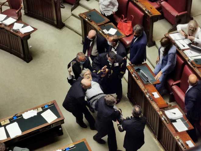 """Vittorio Sgarbi """"furioso"""" alla Camera, insulta magistrati e deputate: trascinato di peso fuori dall'Aula – VIDEO"""
