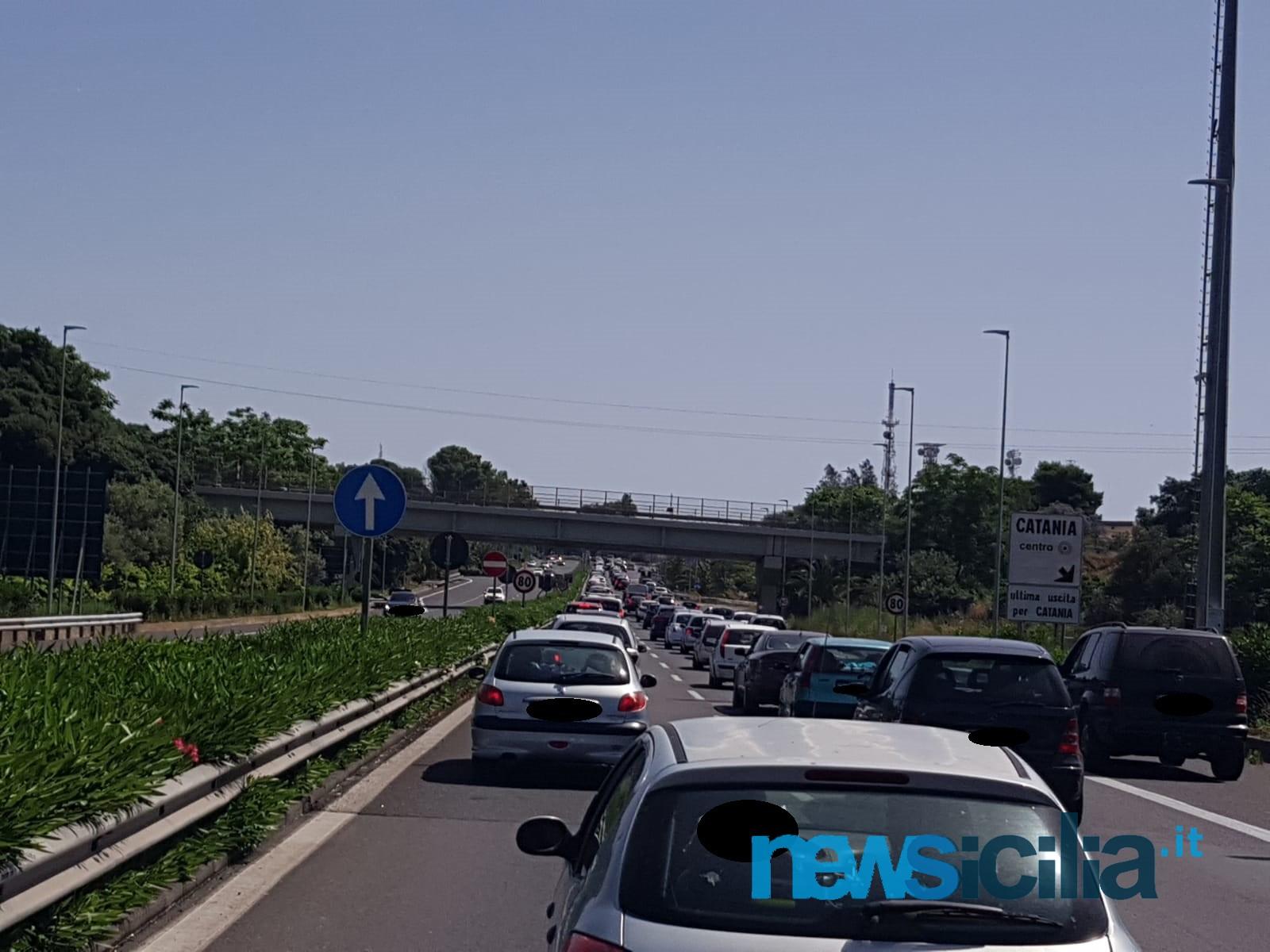 """Assembramento in autostrada, auto incolonnate: i catanesi """"fuggono"""" al mare – Le FOTO"""