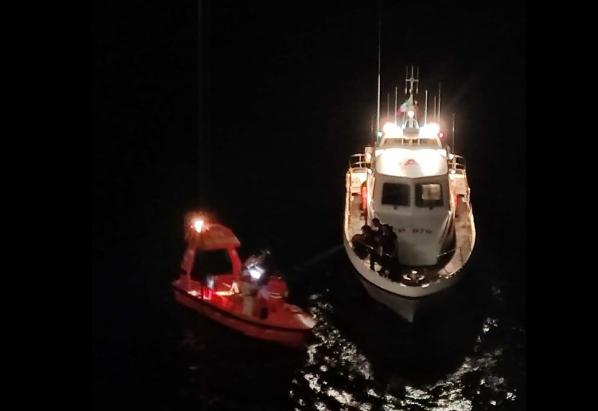 Paura sul traghetto, marinaio finisce in mare: ritrovato dopo diverse ore di ricerche