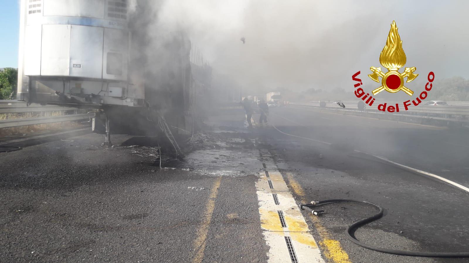 Fiamme in autostrada, a fuoco rimorchio di un autoarticolato: vigili del fuoco sul posto