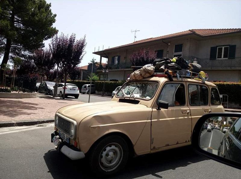 La Renault 4 di nuovo alla riscossa, avvistata in due Comuni catanesi: continua il tour della Sicilia