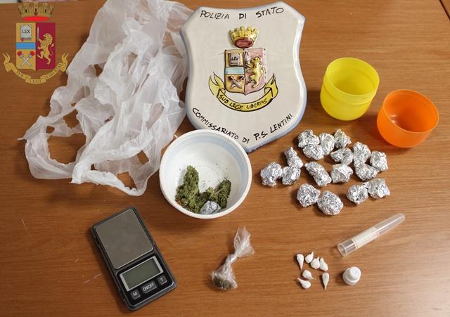 Controlli in casa di un 28enne, la cognata nasconde la droga nella grondaia: finiscono entrambi nei guai
