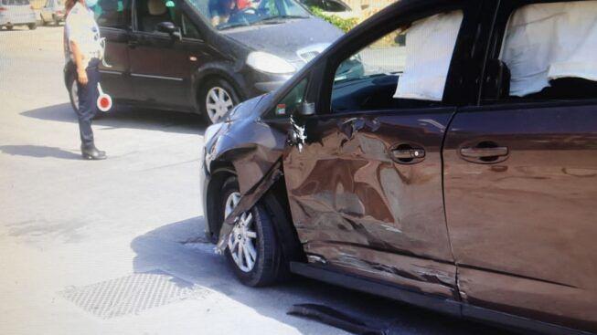 Scontro in strada tra Ford C-Max e Vespa, ferito un 35enne: trasportato d'urgenza in ospedale