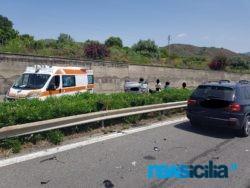 Drammatico incidente sulla A18, Bmw tampona Seat ribaltandosi sulla corsia opposta: 4 persone tra le lamiere – FOTO