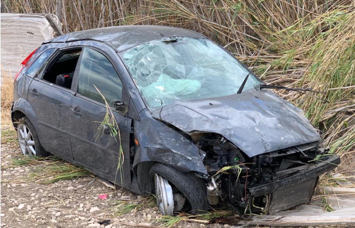 Ford Fiesta finisce fuori strada dopo un tentativo di sorpasso: 21enne in ospedale