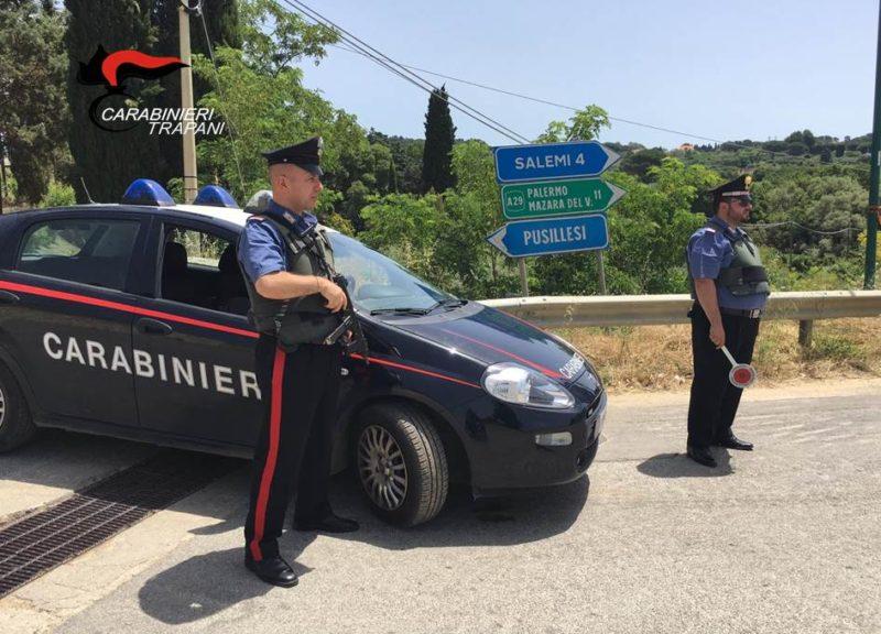 In giro nonostante la misura da scontare, non si ferma all'alt dei carabinieri: ai domiciliari 48enne