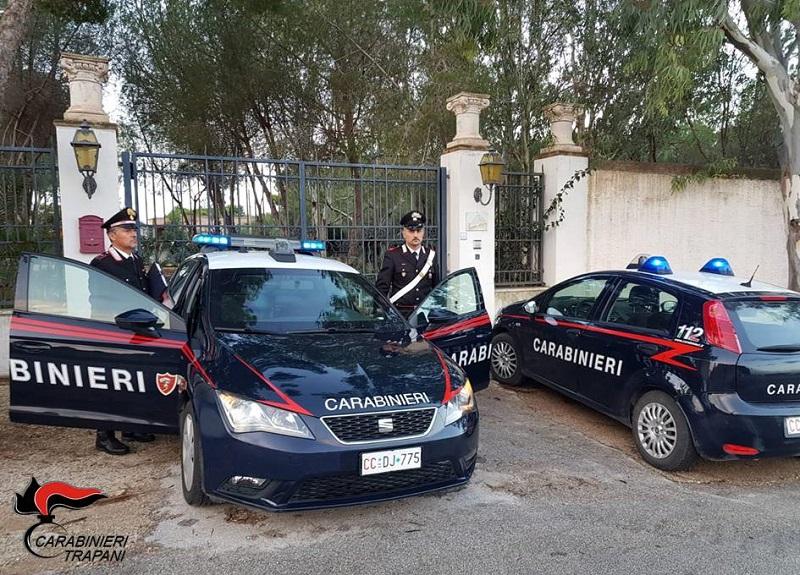 """Travisato e armato di taglierino, il """"colpo"""" in farmacia da oltre 2mila euro: arrestato l'autore – IL VIDEO"""