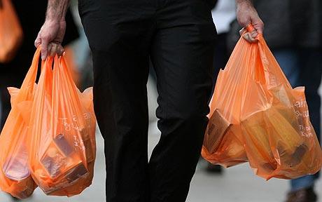 Coppia esce dal supermercato con la spesa, ladri gliela rubano e scappano: in lacrime, la Polizia ricompra tutto