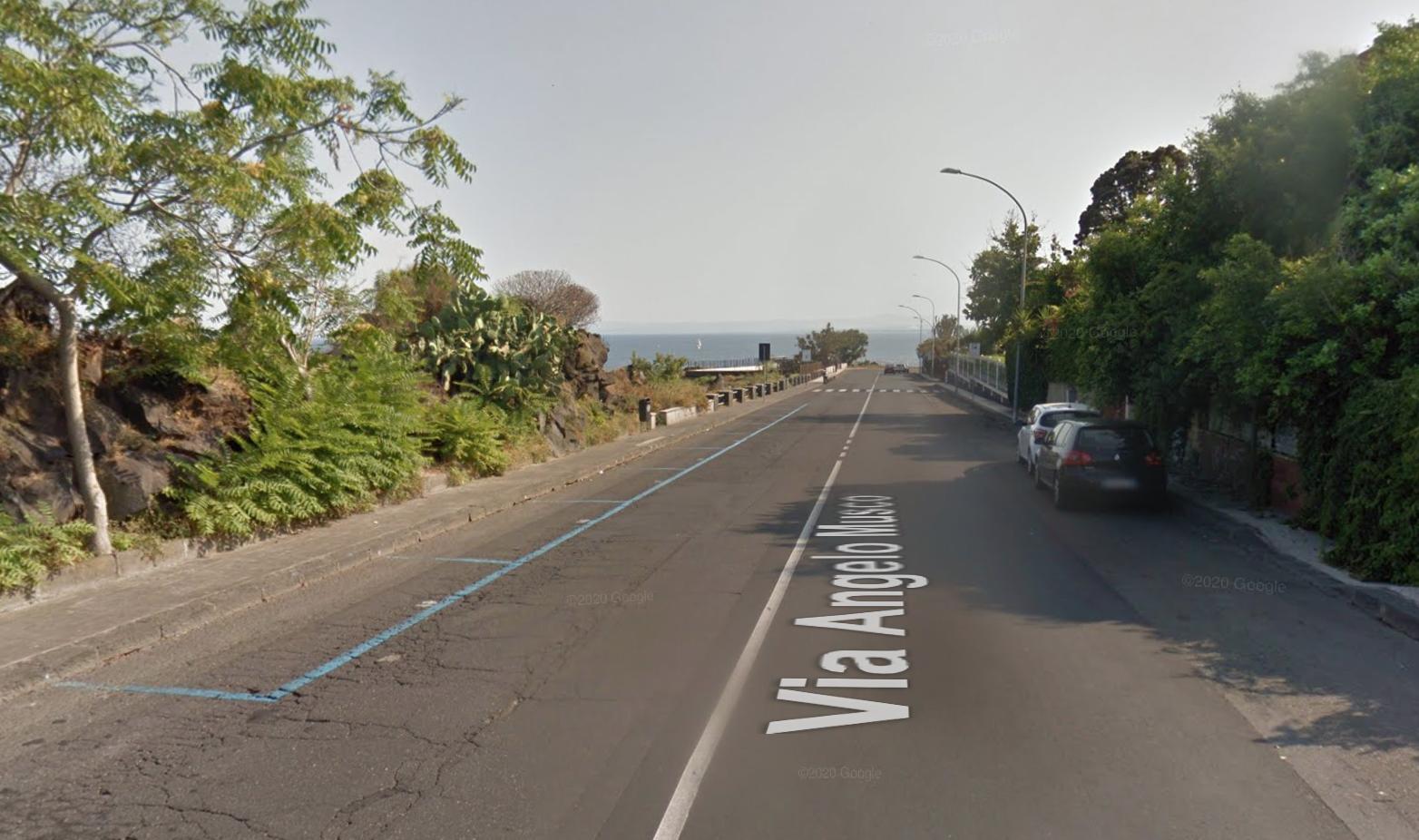"""Brutto incidente ad Aci Castello, ciclista """"vola"""" su un'auto a causa di una buca: trasportato al Cannizzaro"""