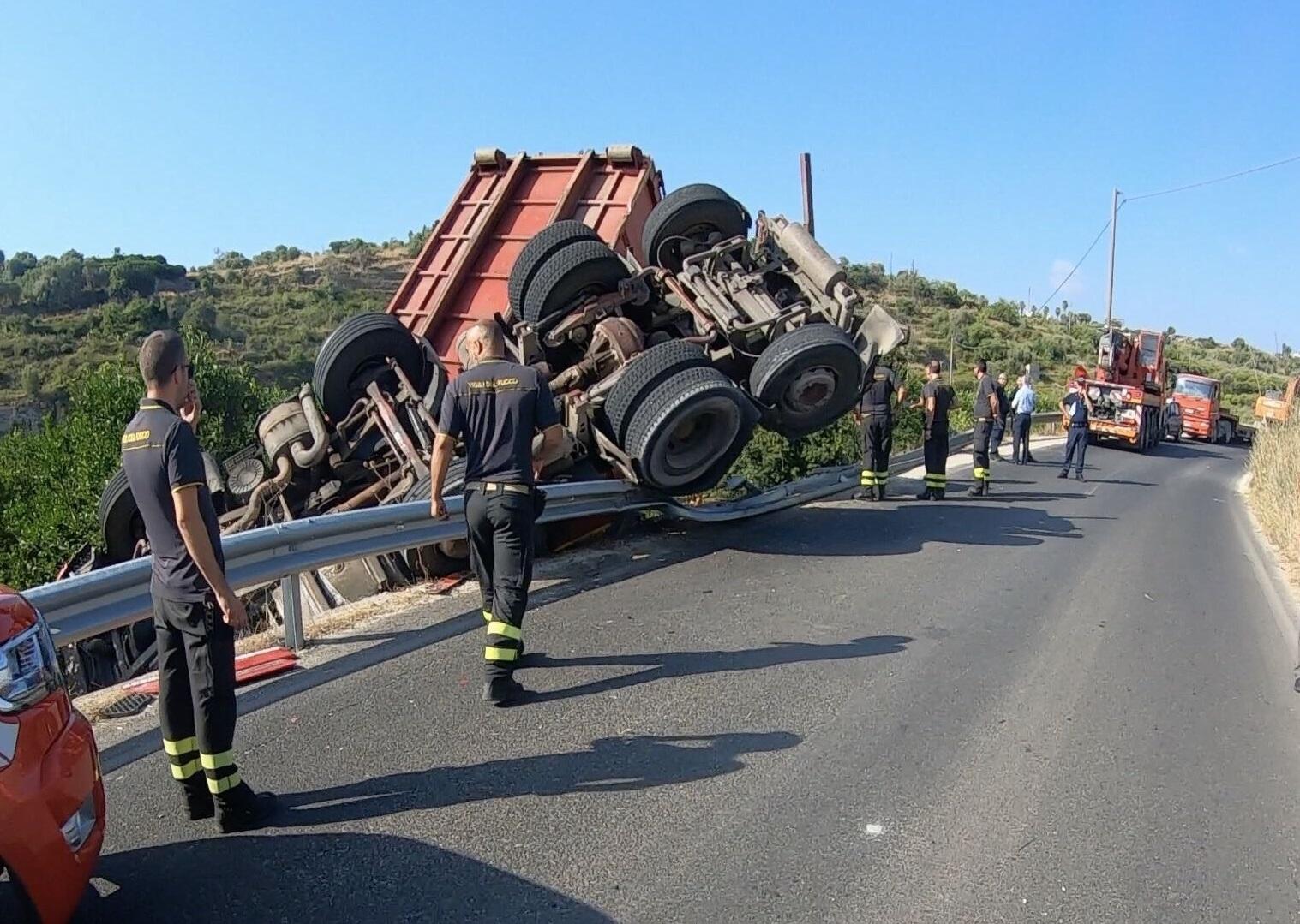 Incidente autonomo nella notte, camion si ribalta in curva: tanta paura per il conducente
