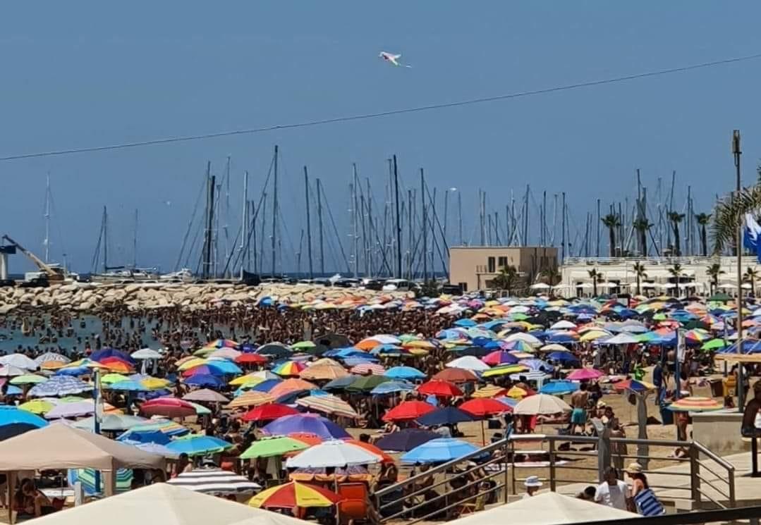 Spiagge in Sicilia, tra assembramenti e rispetto della distanza: post di Sigfrido Ranucci accende dibattito