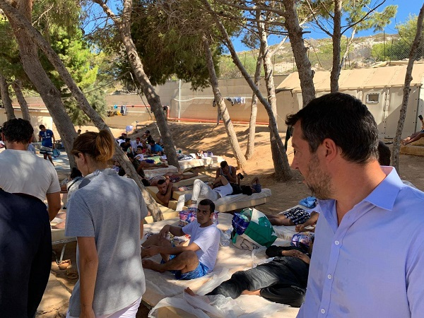 "Migranti, Lampedusa al ""collasso"". Salvini in visita: ""Vergognoso traffico di esseri umani"""