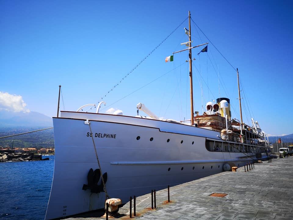 Viaggio a 5 stelle sulla Ss Delphine: lo yacht che fu di Stéphanie di Monaco approda nel Catanese