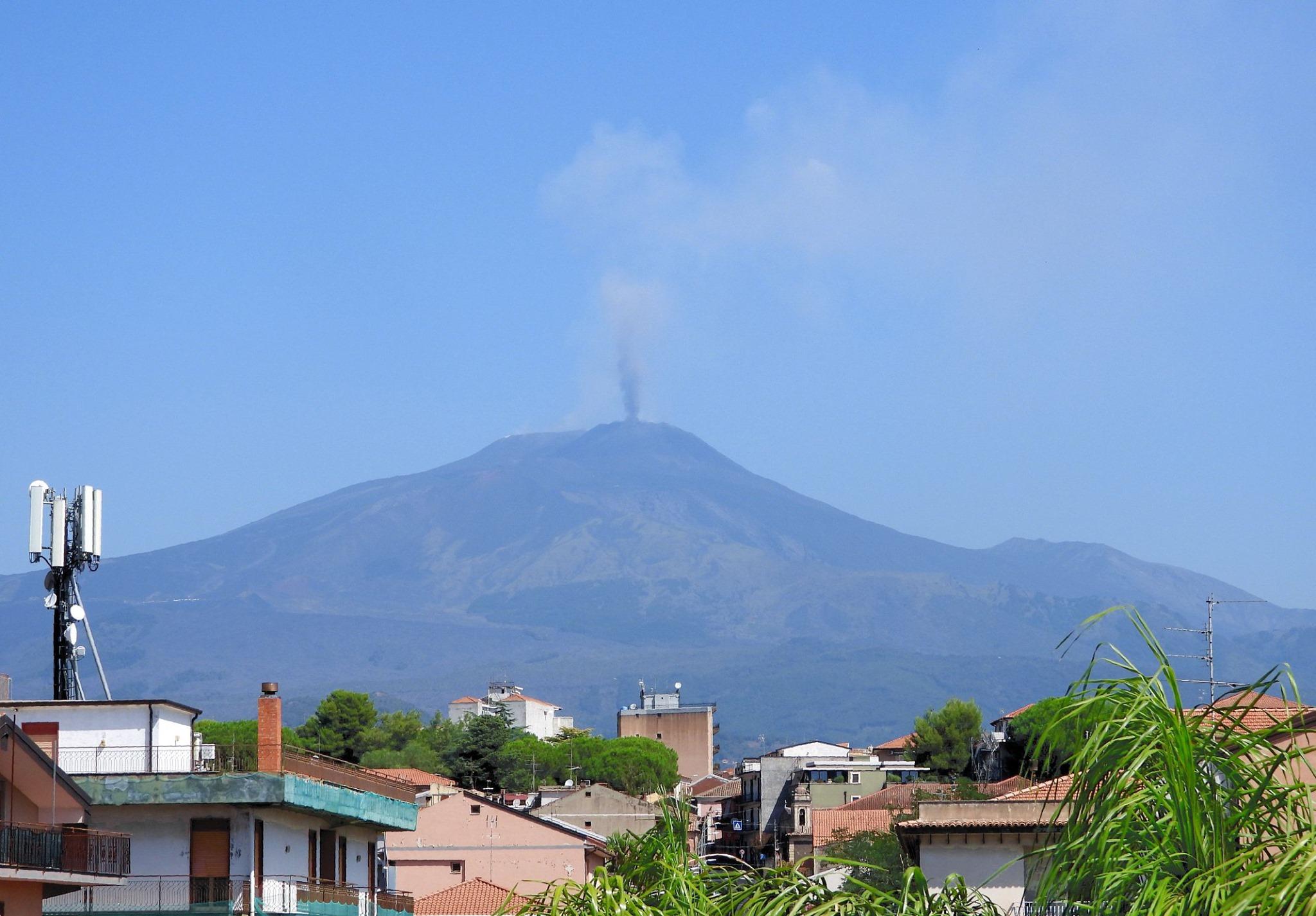 L'Etna cattura gli sguardi: l'attività stromboliana illumina il cielo sopra Catania
