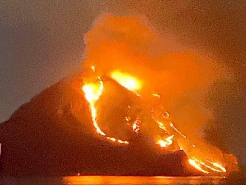 """Monte Cofano """"come un vulcano in eruzione"""", devastante incendio a San Vito Lo Capo: si temono gravi danni – FOTO"""