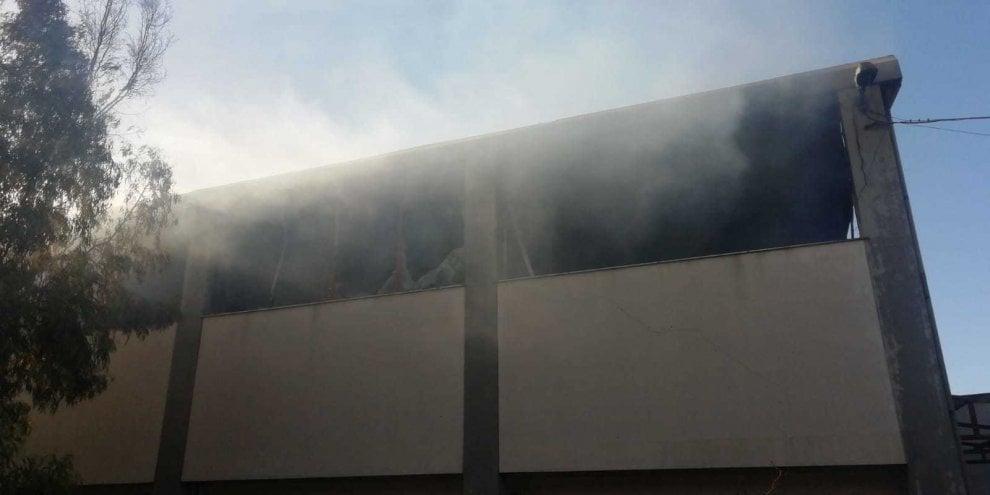 Vasto incendio in una falegnameria: 6 squadre di vigili del fuoco in azione per domare le fiamme