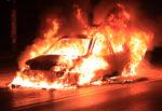 Paura in strada, fiamme alte all'interno di un'auto: famiglia riesce a scappare, i dettagli
