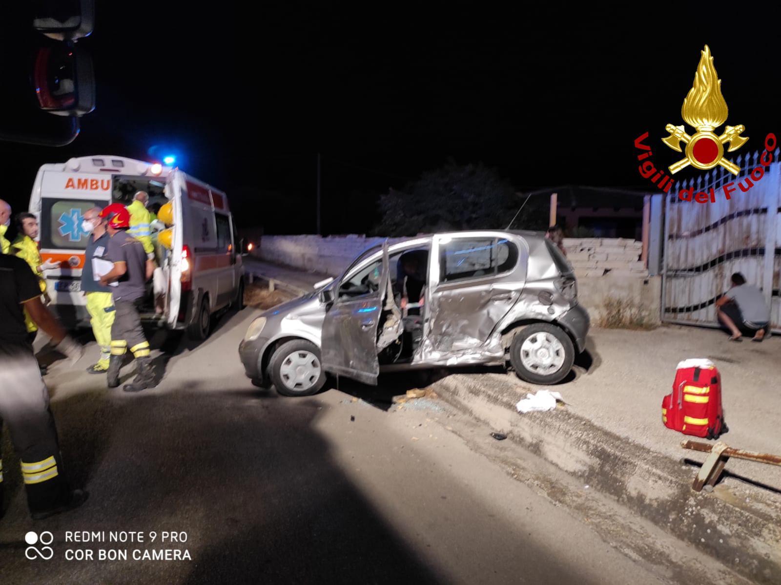 Paura lungo la circonvallazione, violento scontro tra due auto: una donna incastrata tra le lamiere – FOTO