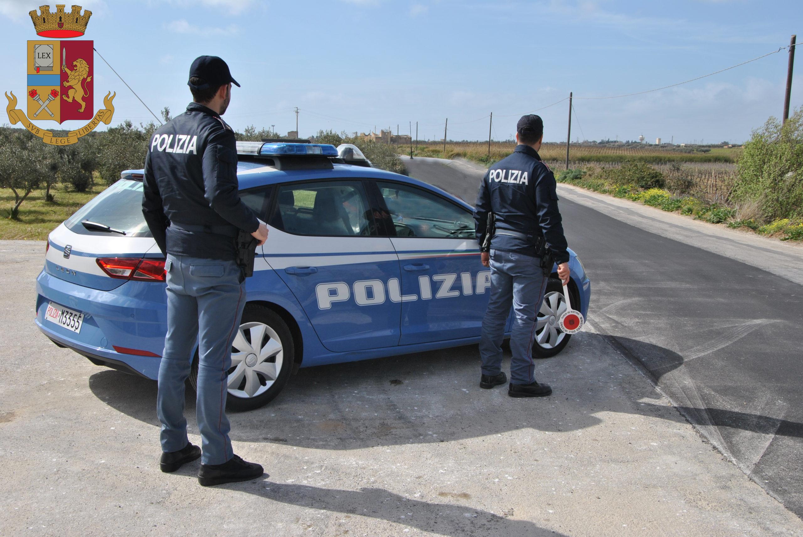 Pugni, testate e sputi contro gli agenti in piazza della Repubblica: arrestato mazarese