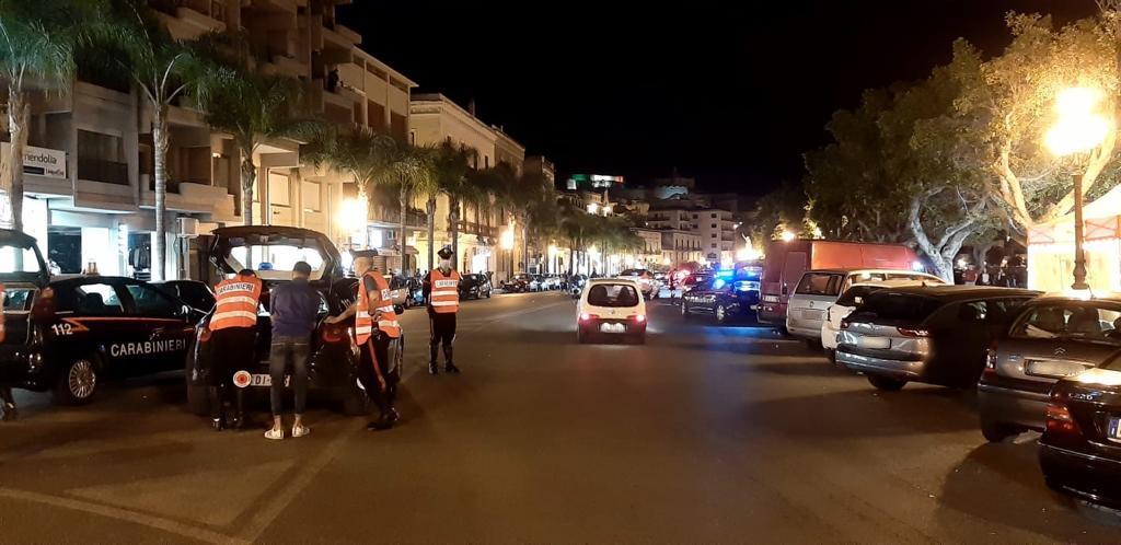 """Oltre 100 mezzi controllati e 243 persone nel mirino dei carabinieri: posti di blocco nella """"movida"""""""