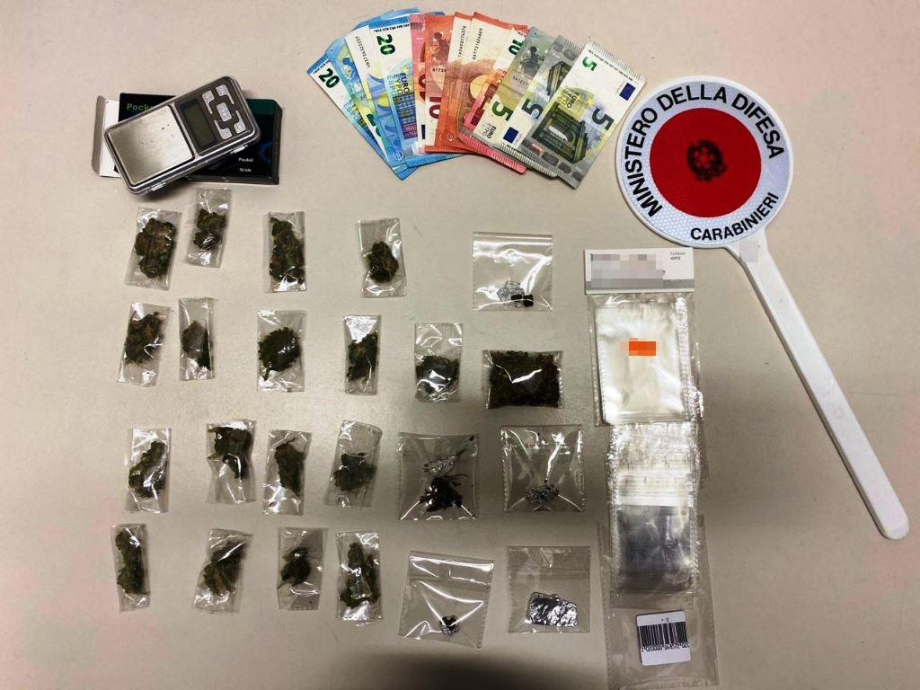 Trovato in possesso di marijuana e di una cospicua somma di denaro: arrestato giovane pusher
