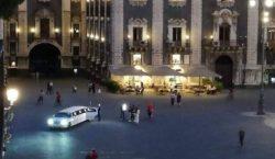 Limousine in piazza Duomo per festeggiare 18esimo: dopo la foto virale rintracciato e multato il proprietario