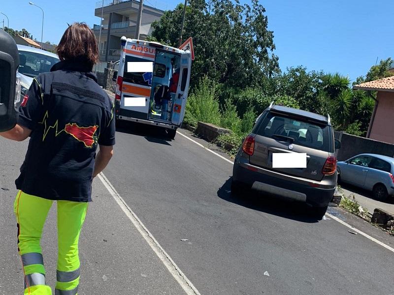 Incidente a San Gregorio di Catania, scontro tra due auto in via Cerza: ferito un uomo, sotto choc una donna