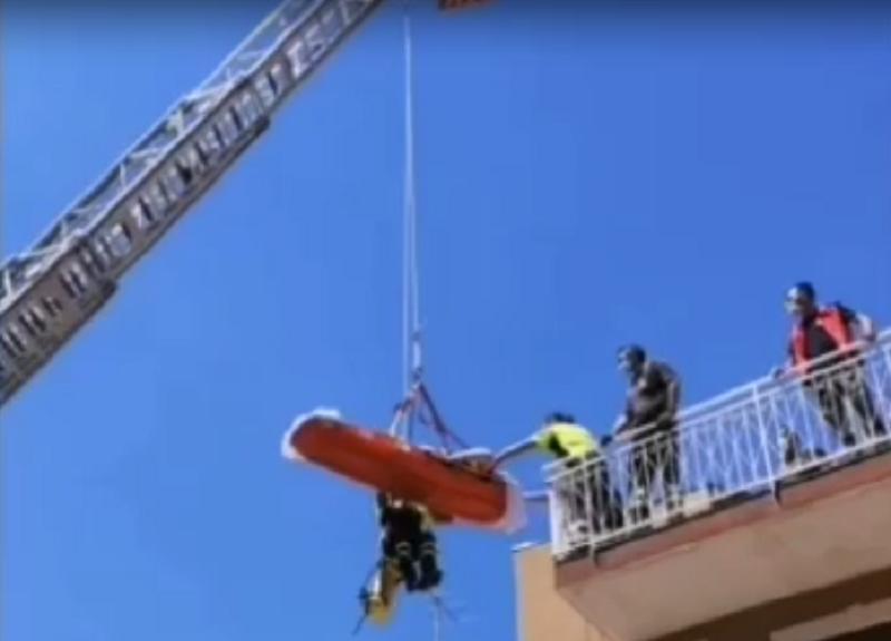 Le difficoltà di un giovane obeso nel Catanese: intervento dei pompieri per farlo rientrare a casa – VIDEO