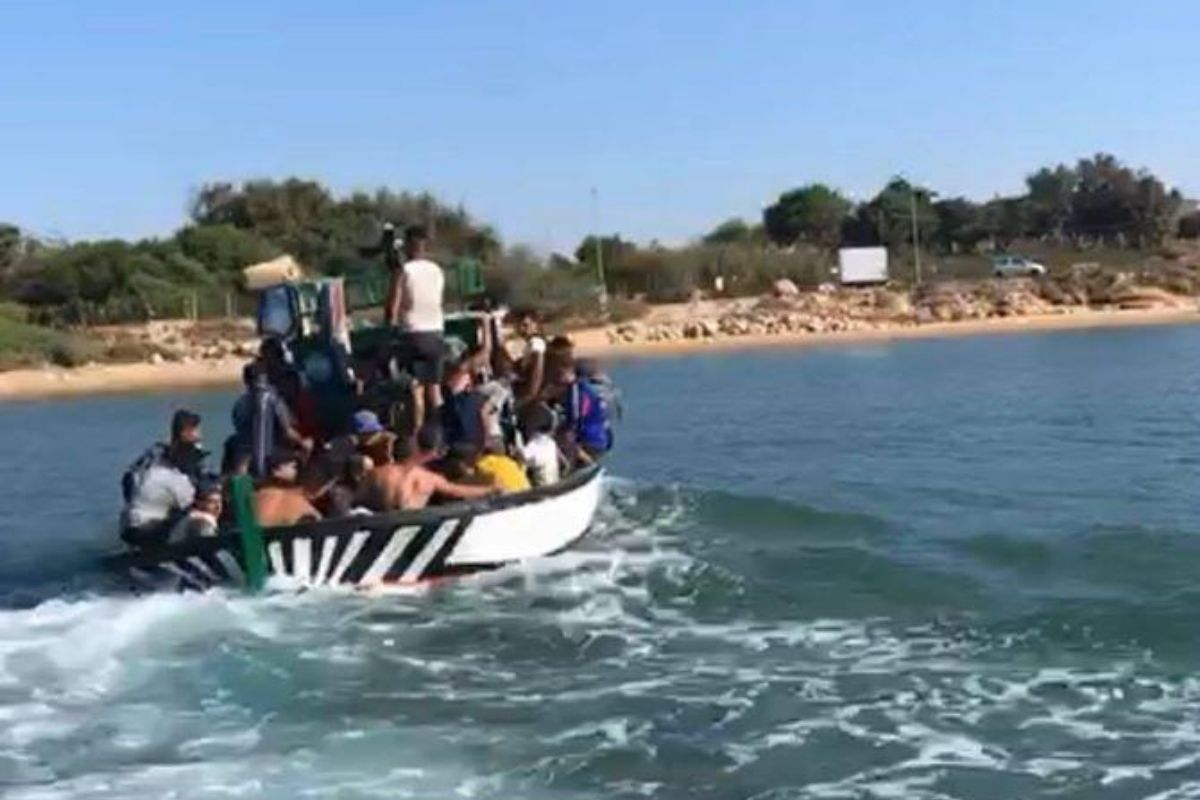Sbarco fantasma a Marina di Ragusa, 40 migranti arrivano in spiaggia: fermati e identificati – IL VIDEO