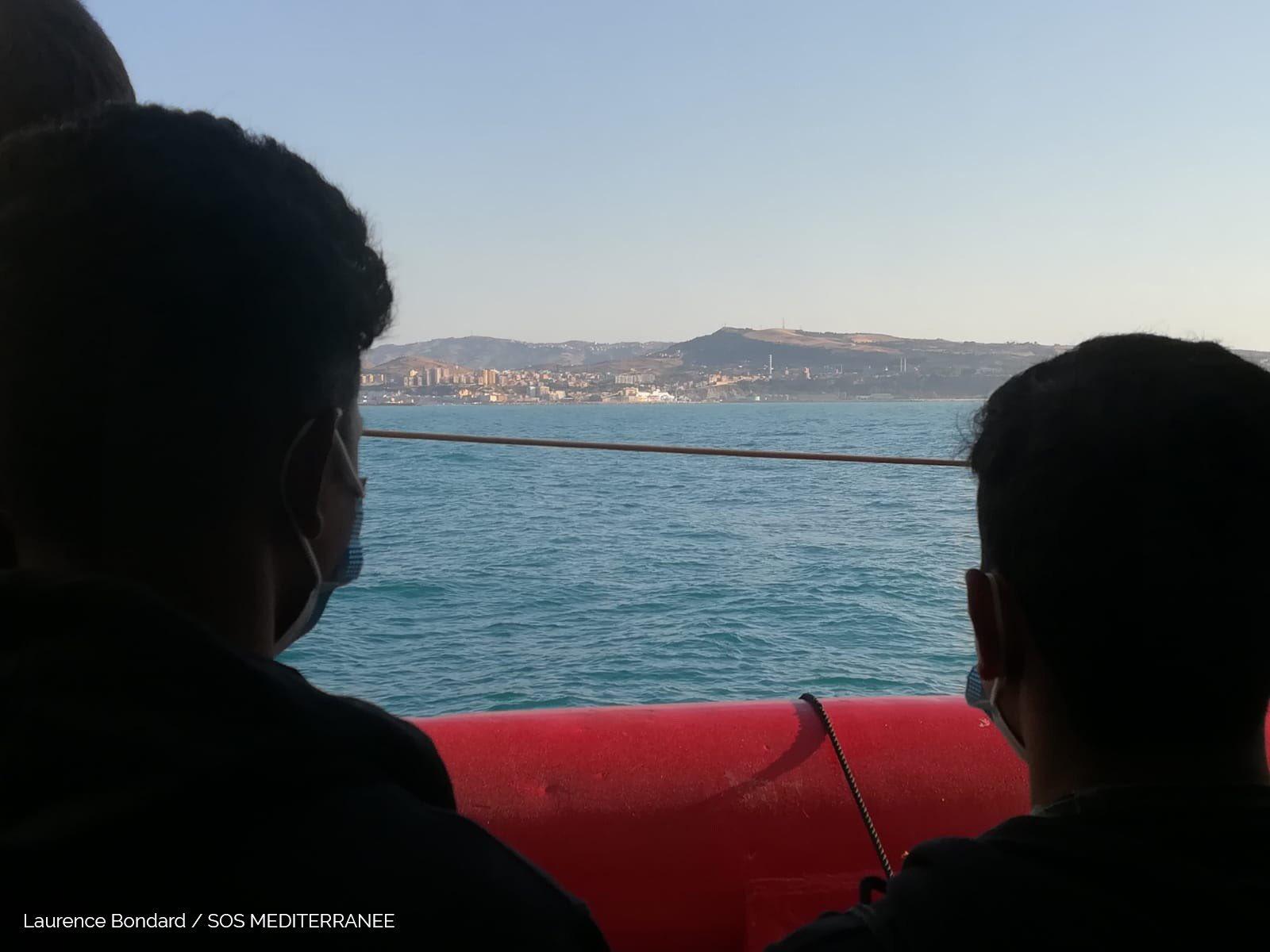 Ocean Viking a Porto Empedocle: nave in rada in attesa dello sbarco