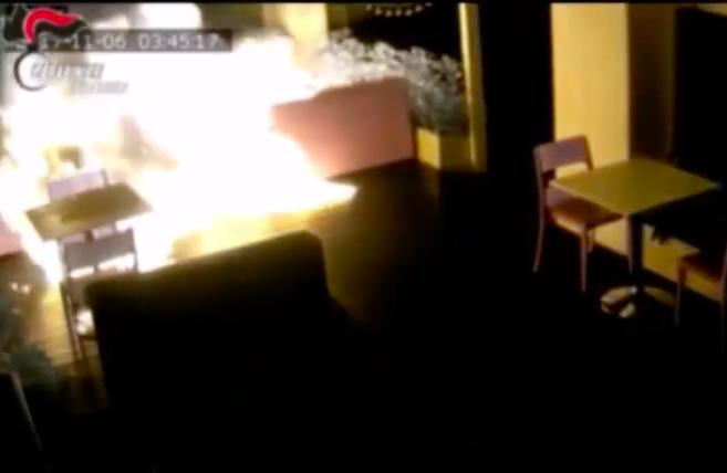 Bar incendiato per non aver fatto sconto su torta e pub distrutto per tagliere troppo caro: le intimidazioni del gruppo vicino al clan Aparo