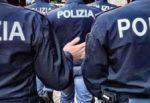 Nuova fuga di migranti dal centro accoglienza: poliziotto si frattura la gamba durante inseguimento