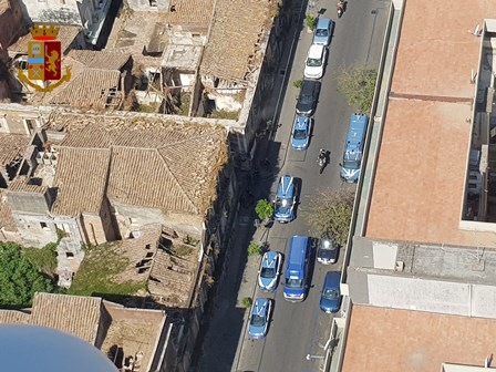 Catania, Polizia di Stato in ogni angolo di San Berillo: perquisizioni, droga e denunce – DETTAGLI e FOTO