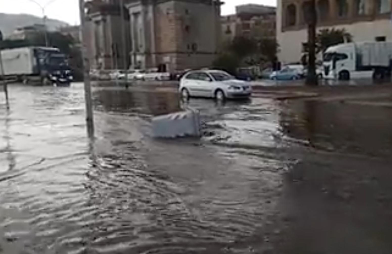 """Maltempo a Palermo, tombini scoperchiati e fanghiglia ovunque. """"Evitate sottoponti viale Regione Siciliana"""""""