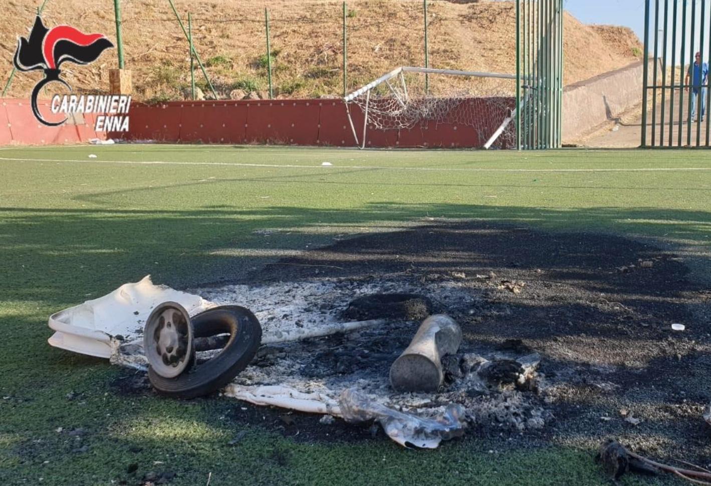 Entra nel campo di calcio del quartiere e appicca il fuoco: denunciato giovane incensurato