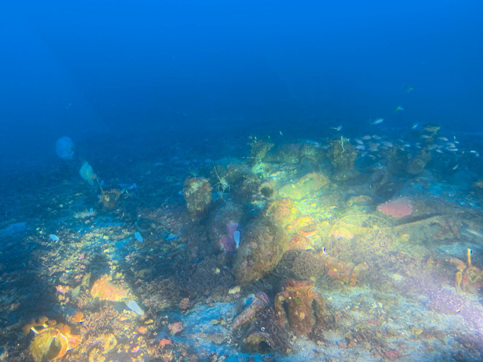 """Individuato nel fondale marino un relitto romano con antiche anfore. Samonà: """"Potenziare la ricerca"""" – FOTO"""