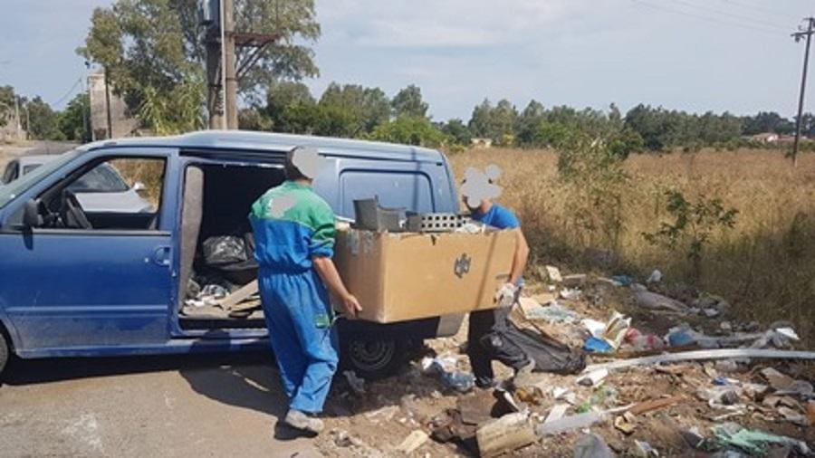 Catania, costruiscono una casa abusivamente e poi buttano in strada centinaia di chili di rifiuti