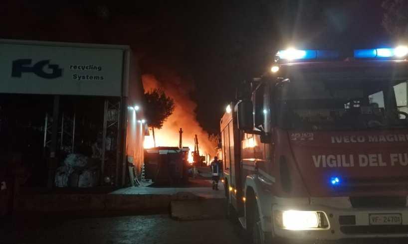 Paura vicino al centro commerciale Etnapolis, divampa vasto incendio: vigili del fuoco e carabinieri sul posto